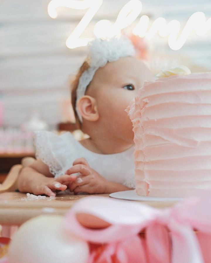 Raisa dan Hamish Daud merayakan ulang tahun pertama anak mereka, Zalina. Intip foto-foto dekorasi dipenuhi warna pink dengan karakter lucu berikut yuk!