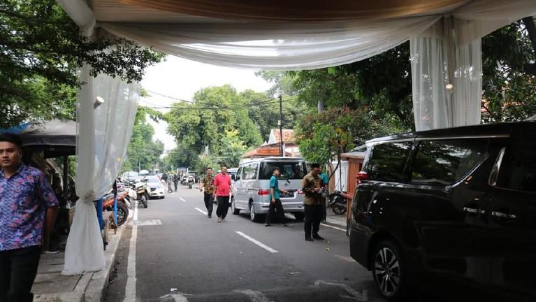 Di depan rumah mereka yang berlokasi di Menteng, Jakarta Pusat, sudah berderet banyak mobiltamu yang hadir dalam pengajian acara tersebut.