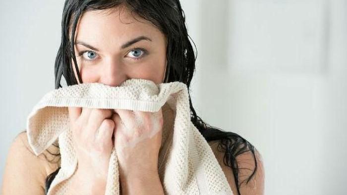 Stop Pakai Handuk Untuk Wajah, Lebih Baik Pakai Cara yang Lebih Sehat Ini!
