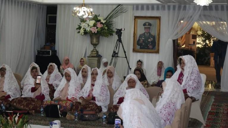 Suasana pengajian menjelang pernikahan tampak khusyuk dan tidak terganggu oleh apapun.