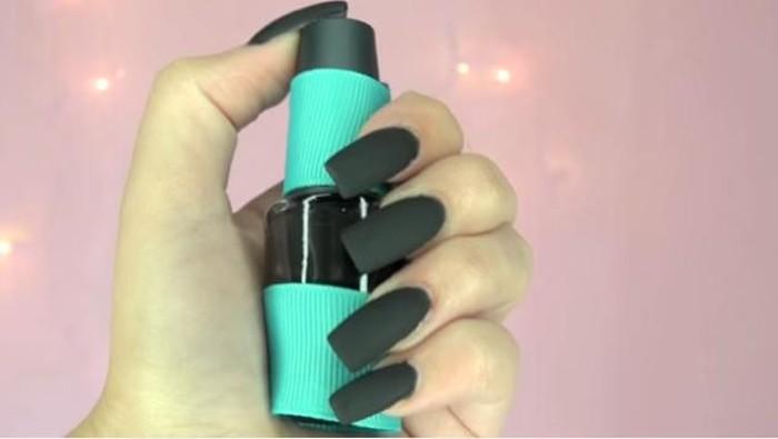 Manfaatkan Eyeshadow Tak Terpakai untuk DIY Matte Nail Polish