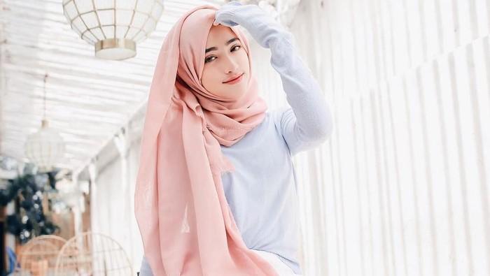 Biar Tetap Terlihat Muda dan Stylish, Gaya Hijab ala Selebgram Shirin Ini Bisa Kamu Tiru