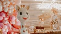 <p>Diintip dari akun Instagram event organizer yang membantu perayaan ulang tahun Zalina, terlihat konsepnya dipenuhi dengan balon-balon pink dengan miniatur jerapah yang lucu, Bun. (Foto: Instagram @ittlethoughtsplanner) &nbsp;</p>