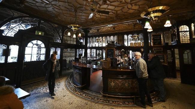 John Lennon pernah mengeluh bahwa hal terburuk menjadi anggota The Beatles adalah ia tak lagi bebas minum di bar ini.