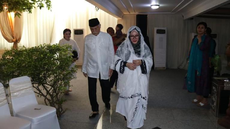 Tutut Soeharto didampingi oleh keluargasedang bersiap untuk masuk ke lokasi pengajian yang bertempat di rumahnya.
