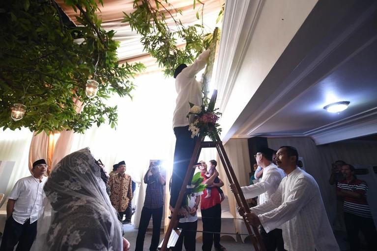 Tutut Soeharto dan Indra Rukmana telah melakukan prosesi Bleketepe di kediamannya, Kamis (13/2) untuk pernikahan akan ketiganya, Danny dan seorang pramugari.