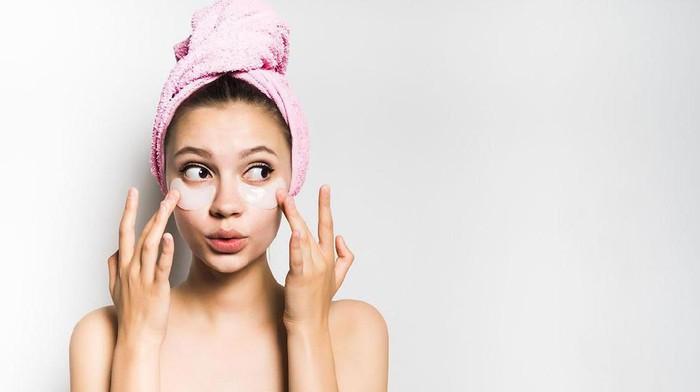 Ladies gimana sih caranya mencerahkan kantung mata yang hitam? Pakai produk apa ya?