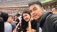 Salah satunya, Naga dan Feby menonton konser U2 di Singapura. Ini merupakan keinginan Naga dan istri untuk menonton konser U2. (Foto: Instagram @febyriz)