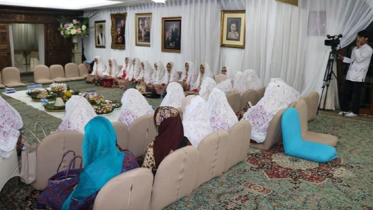 Ibu-ibu yang ikut dalam pengajian tersebut juga sudah memenuhi bagian dalam rumah.