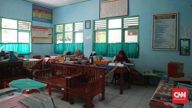 Guru honorer di SDN 1 Kalijaya, Ciamis pada situasi tertentu lebih memilih untuk memanen sawahnya ketimbang datang mengajar di sekolah.