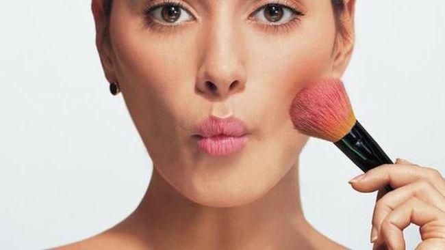 Urutan Make Up dengan memakai blush on