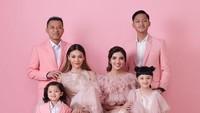 <div>Dalam rangka perayaan Valentine's Day keluarga Anang dan Ashanty kompak berbusana pink. Setuju enggak, Bun, kalau Arsy terlihat imut banget? (Foto: Instagram @ashanty_ash)</div><div></div>