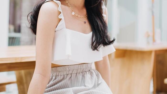 Mati Gaya? 5 Inspirasi Mix and Match Baju Warna Putih Ini Bikin Kamu Jadi Sekeren Cindy Priscilla