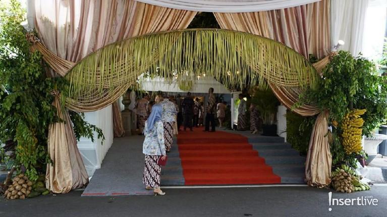 Tamu undangan dalamacaraproses siraman anak ketiga Tutut Soeharto, Danny Rukmana mulai mendatangi kediaman calon pengantin pria di kawasan Menteng, Jakarta Pusat.