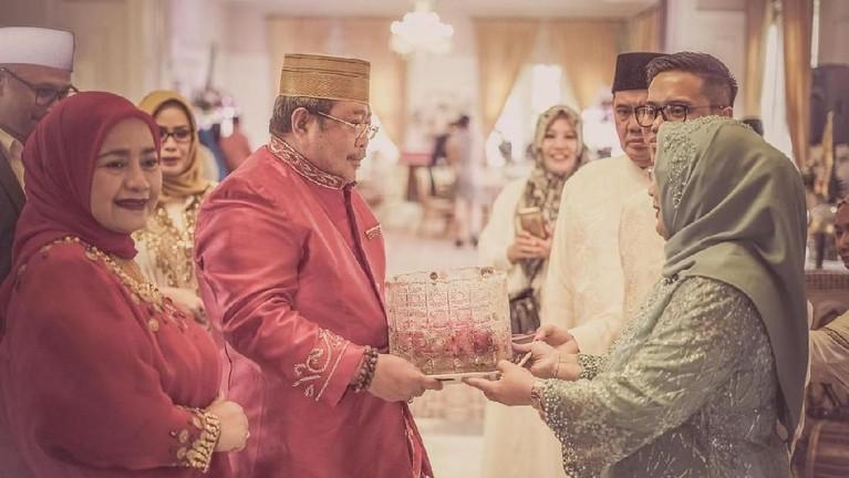 Keluarga Raiya Chitra, calon istri Danny Rukmana menerima wadah yang berisi bunga 7 rupa dan air dari keluarga calon mempelai laki-laki. Air itu digunakan untuk dipakai pada prosesi siraman calon pengantin wanita.