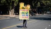 Pilihan foto unik dari redaksi CNNIndonesia.com, dari pesta jalanan di Brasil hingga penjual makanan di India.