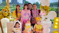 <div>Arsy seringkali menjadi anggota keluarga yang paling mencuri perhatian. Salah satunya, saat merayakan ulang tahunnya yang kelima akhir tahun lalu di Yogyakarta. Anak ketiga dalam keluarga Anang ini mengenakan kostum ala penari Jawa. (Foto: Instagram @ashanty_ash)</div><div></div>
