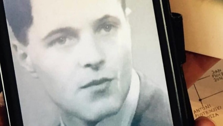 Tamara Bleszynski mengunggah foto muda ayahnya di medsos. Banyak netizen yang memberi komentar dan memuji ketampanan ayah Tamara, Bun.