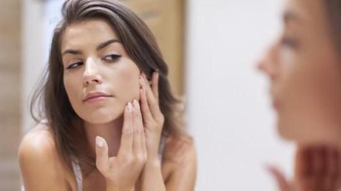 5 Cara Ampuh Menghaluskan Wajah Bekas Jerawat yang Tidak ...