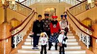 Mengunjungi Disney Land, keluarga mereka enggak lupa untuk berfoto. Topi dan bando lucu, membuat gaya keluarga mereka terlihat unik ya, Bun. (Foto: Instagram @ashanty_ash)