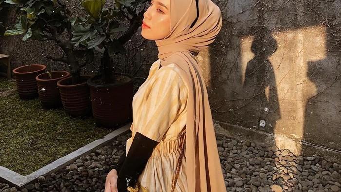 Masih Bingung? Ikuti Tutorial Hijab Pashmina yang Simpel Ini Yuk!