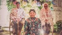 <p>Dalam prosesi siraman, tampak kedua orang tua Danny, Siti Hardijanti Rukmana (Tutut Soeharto) dan Indra Rukmana hadir. (Foto: Istimewa)</p>