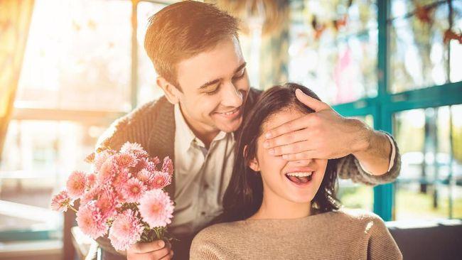 Me time atau waktu sendiri dan rehat sejenak dari pasangan juga dibutuhkan saat di rumah aja. Namun komunikasikan dengan si dia agar tak salah paham.