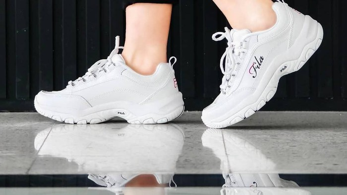 Tips Mix and Match Style Hijab dengan Sepatu Sneakers Kekinian, dari Fila Sampai Nike