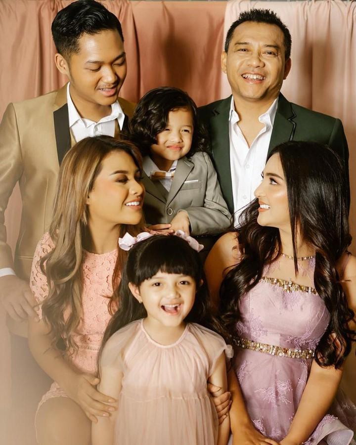 Keluarga Anang-Ashanty sering foto keluarga dengan berbagai konsep unik. Beberapa di antaranya memperlihatkan Arsy dan Arsya yang imut banget.