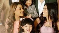 Kekompakan keluarga Anang dan Ashanty enggak perlu diragukan lagi ya, Bunda. Hal itu terangkum dalam foto keluarga lengkap mulai dari Ayah Anang, Bunda Ashanty, Kakak Aurel, Kakak Azriel, Asry dan Arsya. (Foto: Instagram @ashanty_ash)