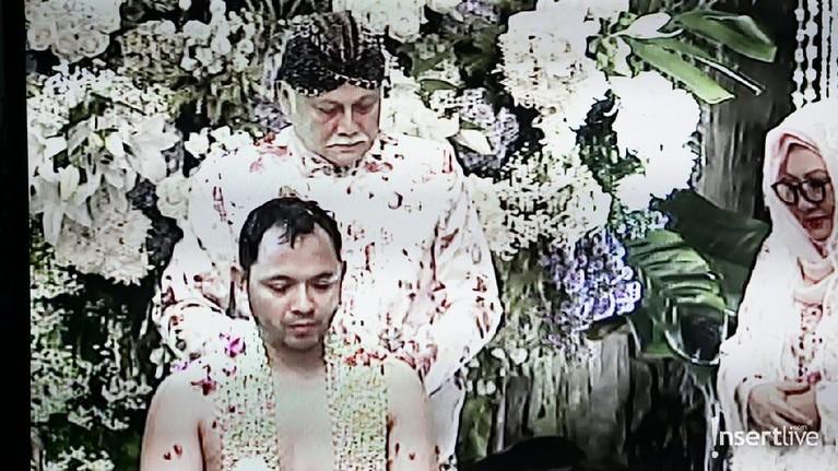 Ayah dari Danny Rukmana, Indra Rukmana, saat melakukan siraman kepada putranya tersebut.