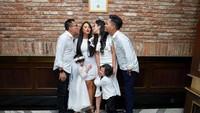 Pada perayaan ulang tahun Kakak Aurel, keluarga mereka mengenakan outfit berwarna putih. Arsy terlihat lucu dan imut mengenakan flower crown putih, sedangn Arsya pun mencuri perhatian dengan kemeja dan dasi hitam. (Foto: Instagram @ashanty_ash)