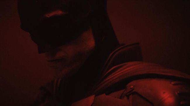 Sejumlah perbedaan muncul dalam kostum Batman baru yang dipamerkan oleh surtradara Matt Reeves, mulai dari lekukan hingga lambang kelelawar.