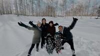 Foto saat liburan ke Jepang, serunya keluarga A6 main di salju. Coba tebak mana Arsy? He-he-he, lucu ya cuma kelihatan mukanya saja. (Foto: Instagram @ashanty_ash)