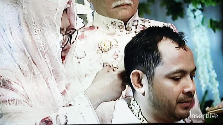 Terakhir, sang bunda, Tutut Soeharto melakukan pemotongan rambut bagian belakang Danny Rukmana dalam prosesi siraman tersebut.