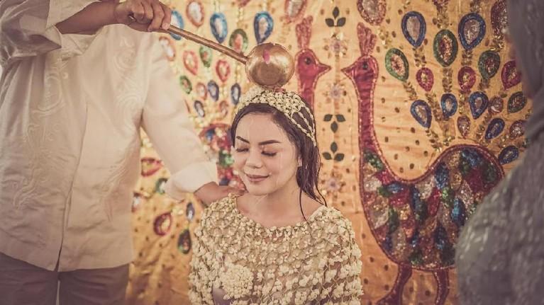 Selanjutnya, diikuti sang ayah yang melakukan prosesi siraman kepada putrinya yang akan sergera menjadi bagian dari keluarga Cendana.