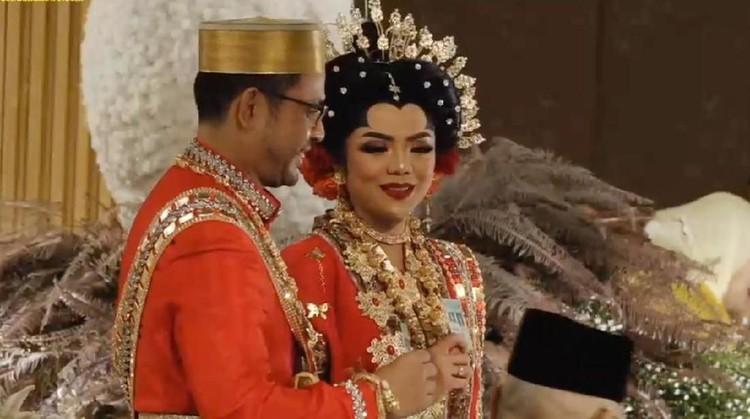 Dengan menggunakan adat Bugis-Makassar, Cucu Soeharto, Danny Rukmana resmi mempersunting Raiyah Chitra Caesaria. Mas kawinnya, emas dan juga uang tunai riyal.