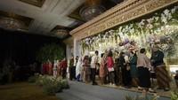 <p>Terlihat juga tamu undangan lain memberi selamat untuk mempelai pengantin di panggung pelaminan. (Foto: Istimewa)</p>