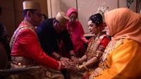 """<span style=""""color: #500050; font-family: Arial, Helvetica, sans-serif; font-size: small;"""">Pernikahan tersebut digelar dengan menggunakan adat Bugis-Makassar. (Foto: Istimewa)</span>"""