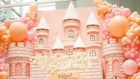 <p>Dekorasi seperti istana membuat acara aikah Chava terlihat sempurna ya, Bun. (Foto: Instagram @rachelvennya)</p>