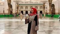 <p>Ketika melakukan ibadah umrah, Bella Saphira menggunakan gamis oleh-oleh dari sang suami yang pernah bertugas di Yordania. (Foto: Instagram @bellasaphiraofficial)</p>