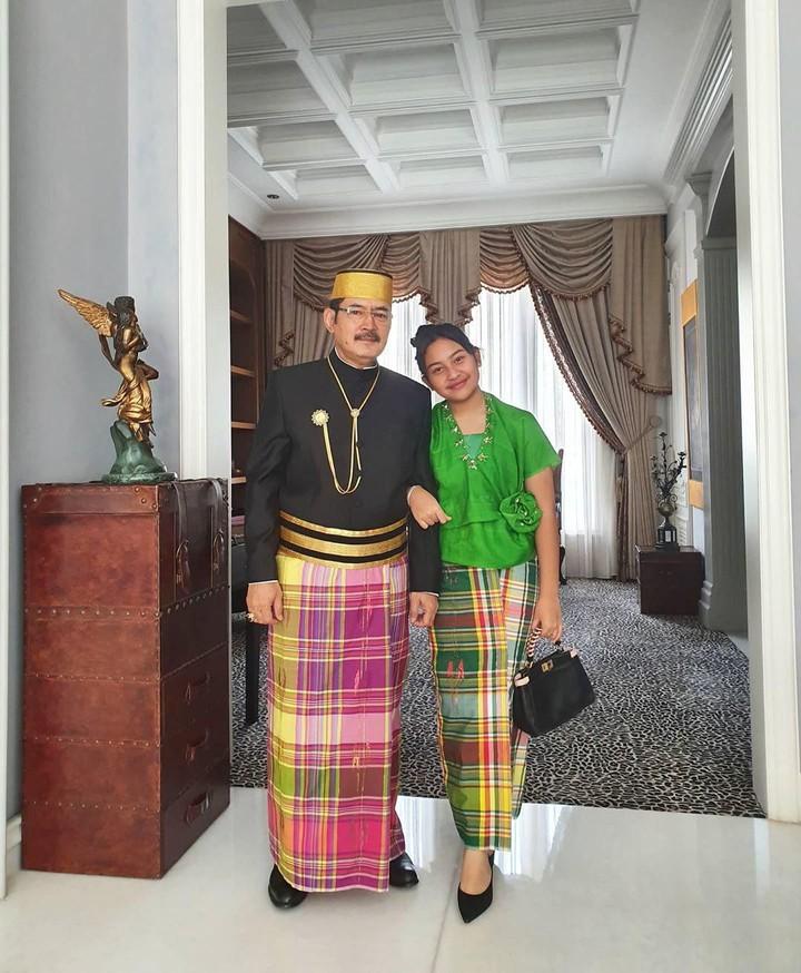 Bambang Trihatmodjo nampak menggandeng Mayangsari di acara pernikahan keponakannya Danny Rukmana semalam. Intip kebersamaan mereka yuk, Bun!