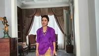 <p>Selain itu, Mayangsari terlihat mengenakan busana adat Makassar. Mayang mengenakan baju bodo berwarna ungu. (Foto: Instagram @mayangsaritrihatmodjoreal)</p>