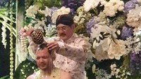 <p>Bambang nampak ikut ritual menyiramkan air bunga ke tubuh Danny kemarin. (Foto: Instagram @mayangsaritrihatmodjoreal)</p>