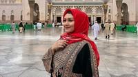 <p>Bella Saphira menggunakan gamis tersebut ketika beribadah di Madinah. (Foto: Instagram @bellasaphiraofficial)</p>