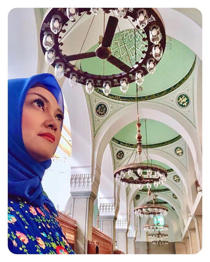 <p>Bella mengunjungi Masjid Qiblatain atau masjid dengan dua kiblat. Masjid ini merupakan saksi dari perpindahan kiblat umat Islam dari Baitul Maqdis ke Masjidil Haram. (Foto: Instagram @bellasaphiraofficial)</p>
