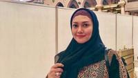 <p>Bella menggunakan gamis handmade tersebut ketika di Madinah. Ia mengaku meminta sang suami mencarikan baju itu karena terinspirasi dari Queen Rania, Ratu Yordania. (Foto: Instagram @bellasaphiraofficial)</p>