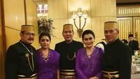 <p>Selanjutnya foto dengan Tommy Soeharto, Bun. Mayang tampak rileks berada di tengah-tengah keluarga mereka. (Foto: Instagram @mayangsaritrihatmodjoreal)</p>