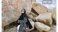<p>Ia juga sempat berfoto ketika melakukan perjalanan ke arafah seperti yang diunggahnya di media sosial. (Foto: Instagram @bellasaphiraofficial)</p>