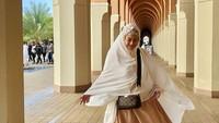 <p>Kemudian, Bella Saphira mengunggah foto yang berlokasi di Masjid Bir Ali atau juga dikenal sebagai Masjid Miqat. (Foto: Instagram @bellasaphiraofficial)</p>